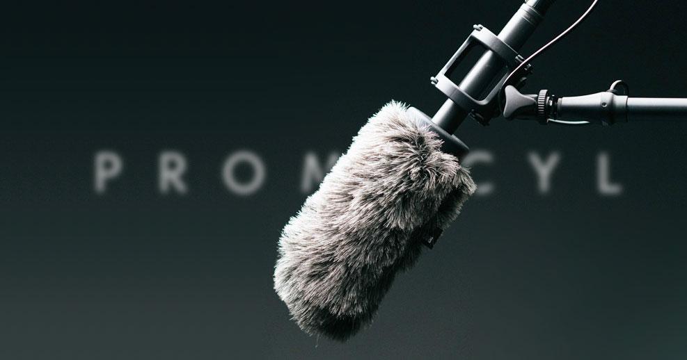 microfono de pertiga en estudio con logo de promocyl detras